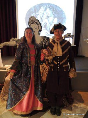 Gasten in kostuums van het Utrechts archief
