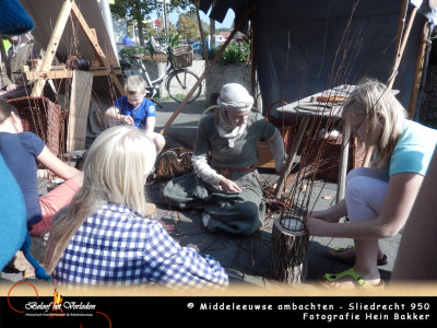 middeleeuwse mandenmaker