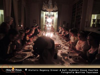 Gasten aan het diner in de rode kamer