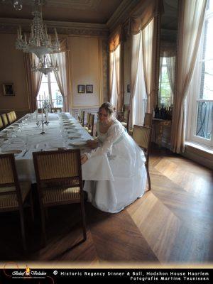 Juffrouw Hodshon bereidt de tafelschikking voor