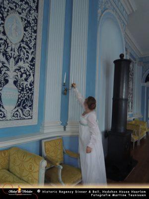 Juffrouw Hodshon controleert de kaarsen