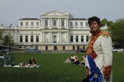 Lodewijk Napoleon voor zijn voormalige paleis in Haarlem. Fotografie: Inge Teunissen