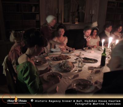 gasten aan het diner in de rode kamer 12